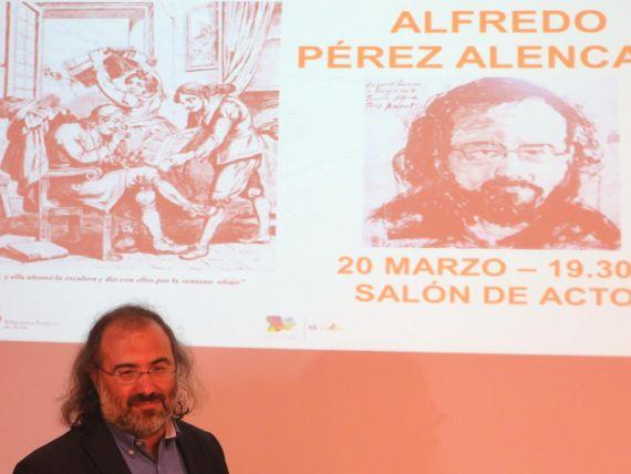 4 A. P. Alencart, con el cartel de su conferencia