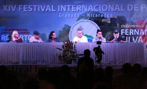 4 Marta Leonor González, con Anastasio Lovo, Blanca Castellón y Roberto Fernández Iglesias, entre otros