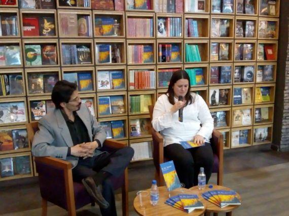 6 Andrea Naranjo y el editor Óscar Álvarez Freeman, durante la presentación
