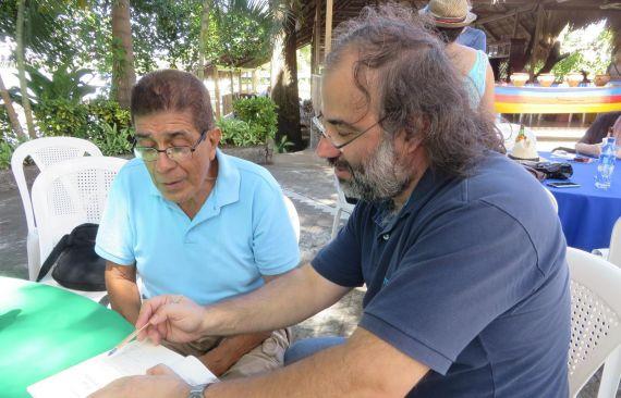 9 Alencart firmando un libro a Uriarte, en la isleta La Ceiba, del lago Cocibolca