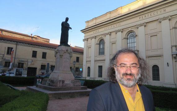 1 Alfredo Pérez Alencart ante la estatua dedicada a Dante, en Mantua