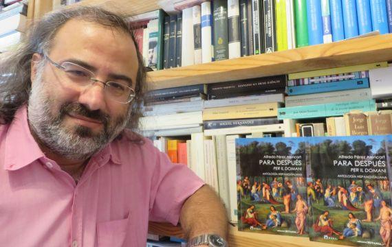 1 Alfredo Pérez Alencart con su antología hispano-italiana Para Despúes (foto de Jacqueline Alencar)