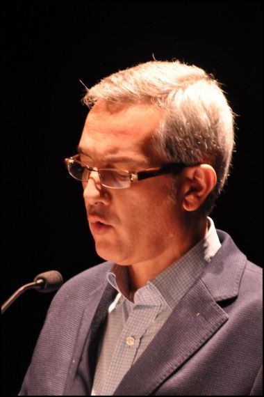 1 Carmelo Chillida leyendo sus versos en el Teatro Liceo de Salamanca (foto de José Amador Martín)