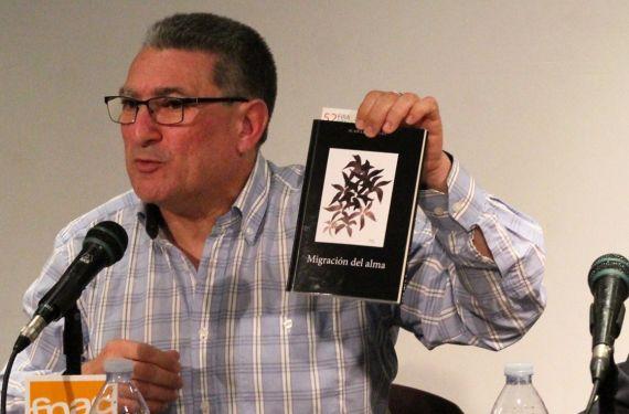 1 Juan Luis Bedins con su libro