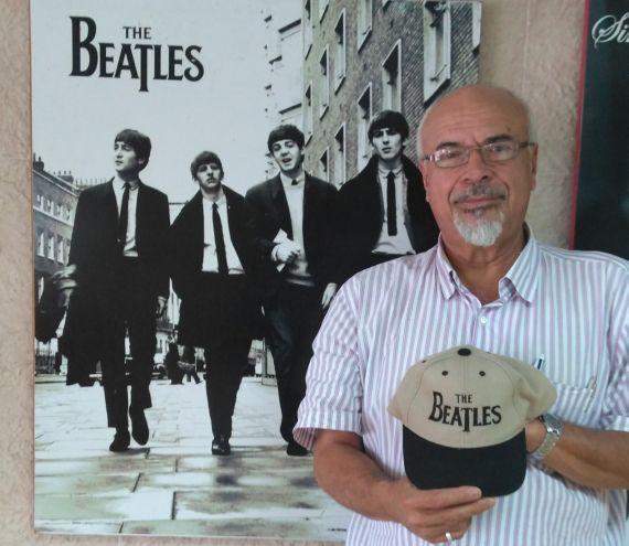 16 Gabriel Jiménez Emán con fondo de Los Beatles