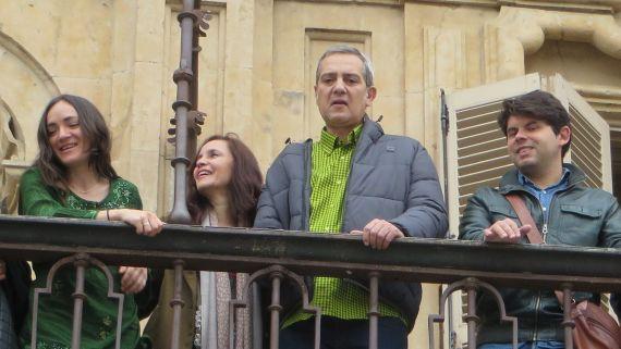 2 Desde el balcón del Ayuntamiento e Salamanca, Ingrid Valencia, Chillida y su esposa, y Salvador Galán (Foto J. Alencar)