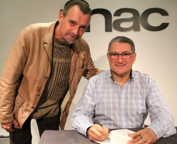 2 Firmando su poemario