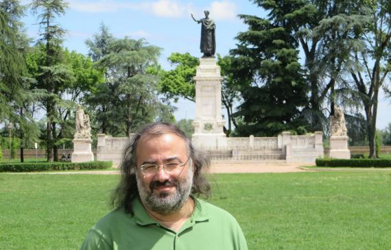 4 Alencart con la estatua dedicada a Virgilio, en Mantua (foto de Jacqueline Alencar)