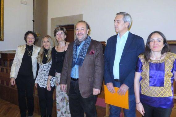 4 Marina González, Etnairis Rivera, Mª Ángeles Pérez López, T. Elssaca, Chillida e Ingrid Valencia, en el Aula Magna de la Facultad de Filología (Foto de J. Alencar)