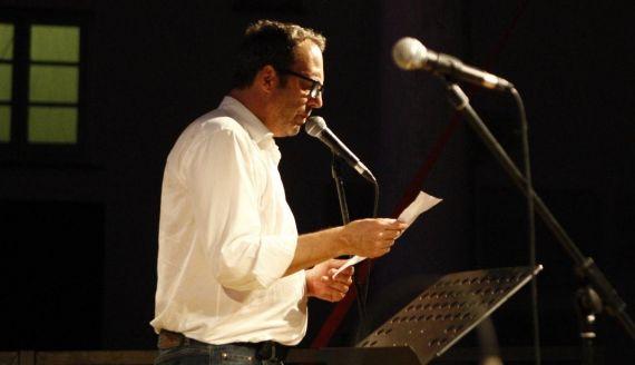 1 Claudio Pozzani leyendo en el Festival de Poesía de Génova