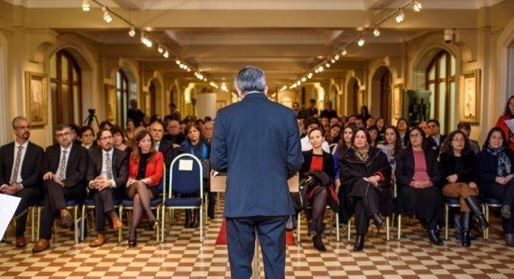 4 Roberto Contreras Olivares presentando la obra
