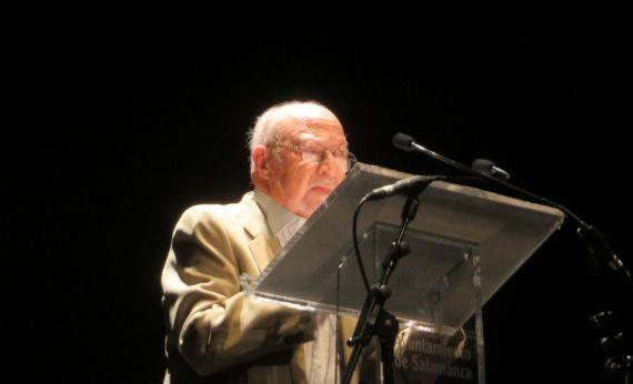 5 José Luis Najenson leyendo en el Teatro Liceo (Foto de Jacqueline Alencar)