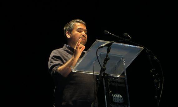 1 El poeta y ensayista chileno Marcelo Gatica, en el Teatro Liceo de Salamanca (foto de Jacqueline Alencar)