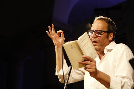 2 Claudio Pozzani leyendo su poesía en Génova