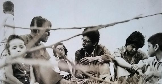 9 Años 70. El periodista César Lévano entrevistando a Enrique Verástegui y Jorge Pimentel