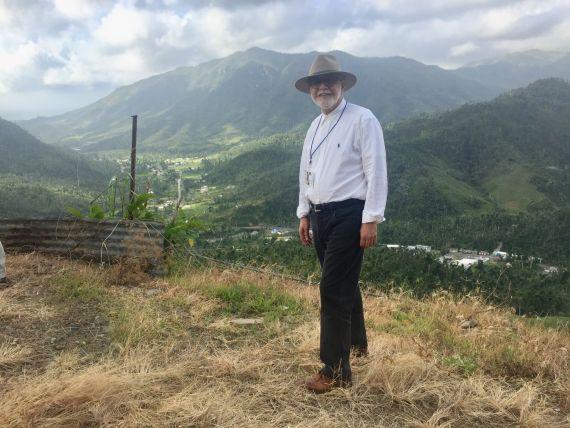 9 David Cortés Cabán en las montañas de su tierra (foto de Carlos Aguasaco)
