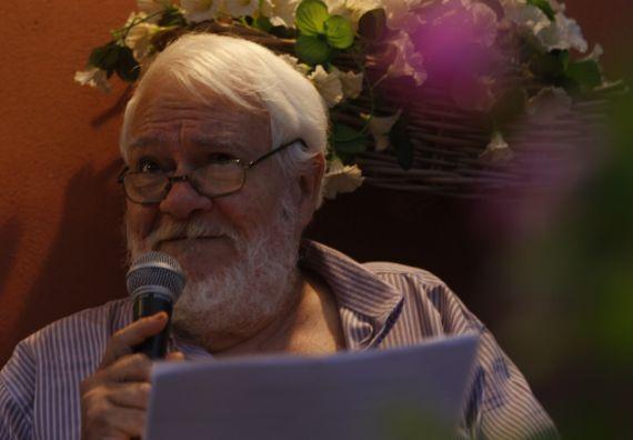 1 Rojas Guardia leyendo poemas en Boccadasse (Génova)