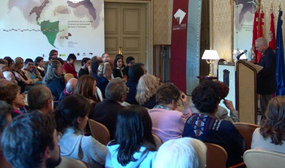 1Pompeyo del Valle leyendo sus poemas en el Salón de Recepciones del Ayuntamiento de Salamanca (foto de Jacqueline Alencar)