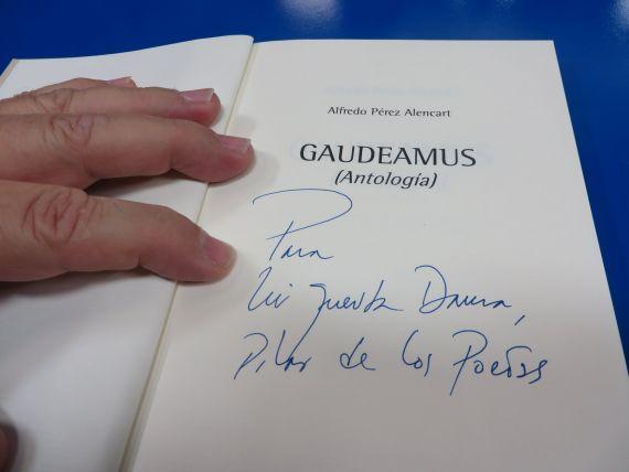 2 Alencart dedicando Gaudeamus a Pilar Fernández Labrador (foto de Jacqueline Alencar)