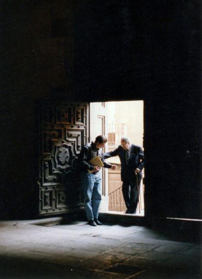 5 Baquero ingresando a la Universidad Pontificia con Manuel Ulacia (199, Foto de Paloma García)