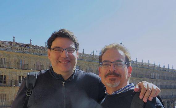 6 Boris Rozas y Santiago Redondo en el balcón del Ayuntamiento salmantino