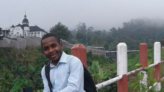 1 El joven poeta Cyrille Roger Yomi Noukoua
