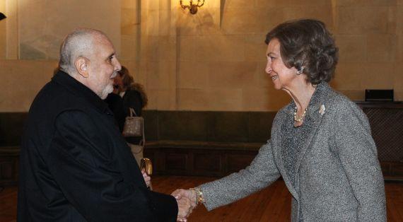 1 Enrique Viloria Vera saludando a la Reina Sofía, en Salamanca, durante la entrega del Premio de poesía que lleva su nombre