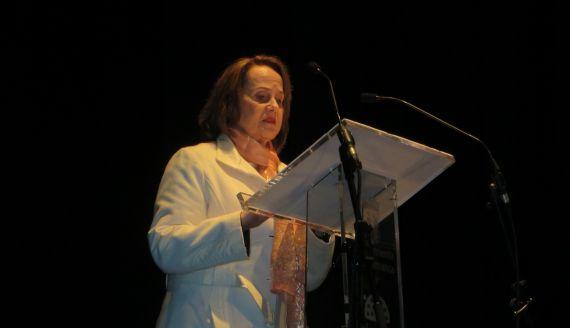 1 Renée Ferrer leyendo en el Teatro Liceo de Salamanca (foto de Jacqueline Alencar)