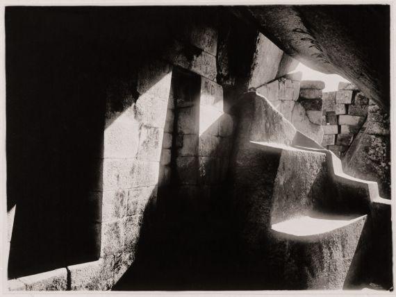 4 La gruta debajo del torreón, de Martín Chambi (Machu Picchu, 1928)
