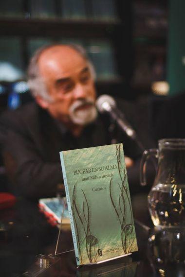 4 Mihovilovich con su libro