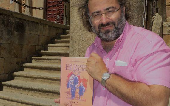 5 Alfredo Pérez Alencart con Los éxodos, los exilios (foto de J. A.)