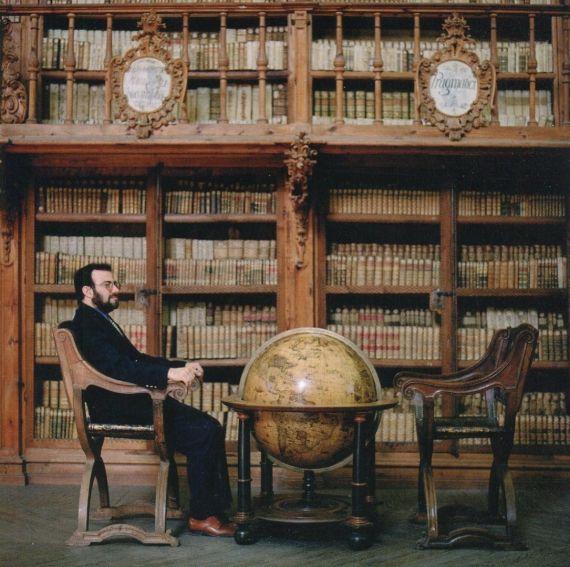 6 A. P. Alencart en la biblioteca histórica de la Universidad (foto de Daniel Mordzinski, 2002