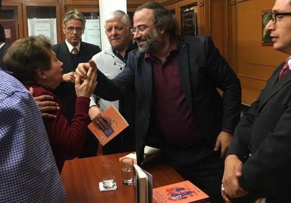 7 A. P. Alencart saludado por asistentes a la presentación de su libro en Lima (2017)