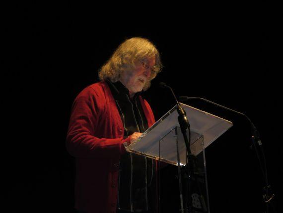 1 Álvaro Alves de Faria leyendo sus versos en el Teatro Liceo (foto de Jacqueline Alencar)