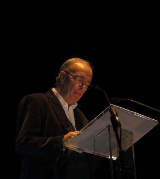 1 Antonio Hernández leyendo en el Teatro Liceo de Salamanca (foto de Jacqueline Alencar)
