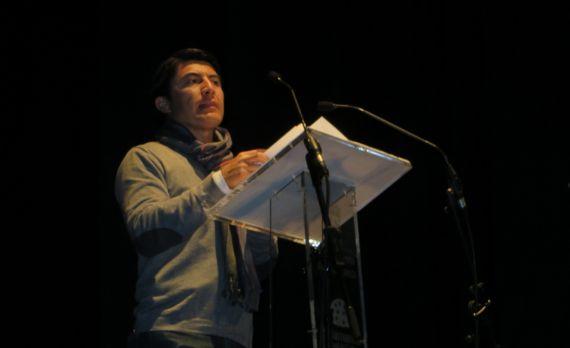 1 Balam Rodrigo leyendo sus versos en el Teatro Liceo de Salamanca (foto de Jacqueline Alencar)
