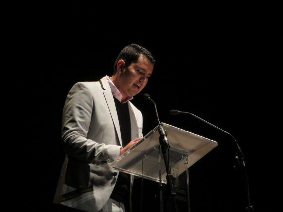 1 El poeta Juan Carlos Olivas leyendo en el Teatro Liceo de Salamanca (Foto de Jacqueline Alencar)