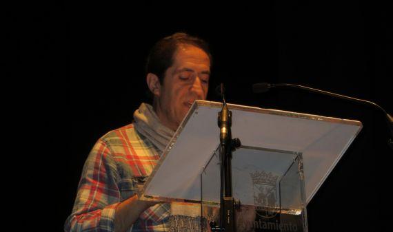 1 Joao Rasteiro leyendo en el Teatro Liceo de Salamanca (Foto de Jacqueline Alencar)