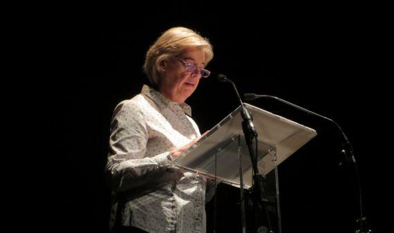 1 María Sánz leyendo sus versos en el Teatro Liceo de Salamanca (Foto de Jácqueline Alencar)
