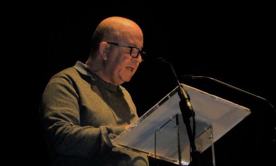 1 Victor Oliveira Mateus leyendo sus versos en el Teatro Liceo (2018, foto de Jacqueline Alencar)