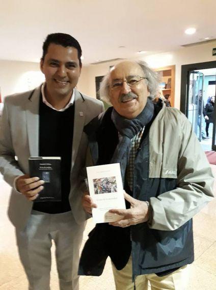 10 Olivas intercambiando libro con Antonio Colinas
