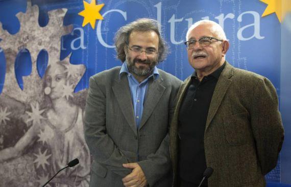15 Alfredo Pérez Alencart y Pío Serrano, anunciando el fallo del VIII Premio Internacional de Poesía Gastón Baquero (Salamanca, 2016)