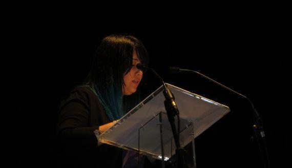 1Magdalena Camargo Lemieszek leyendo sus versos en el Teatro Liceo de Salamanca (foto de Jacqueline Alencar)