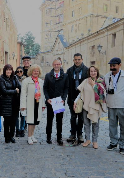 5 Con otros poetas y el rector de la Usal, Ricardo Rivero, en la calle Cervantes
