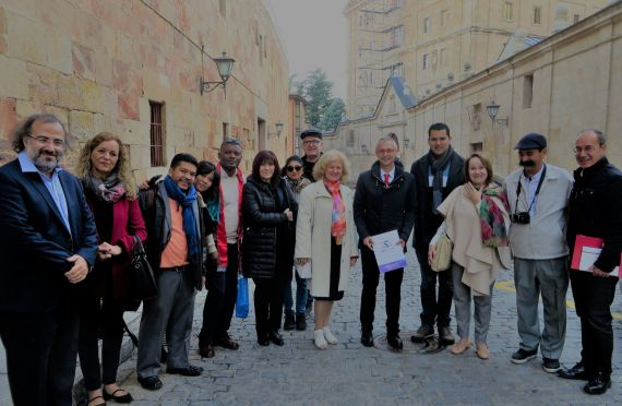 7 Con otros poetas y Enrique Rivero, rector de la Universidad de Salamanca, en la calle Cervantes (foto de Jacqueline Alencar)
