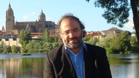 1 El poeta Alfredo Pérez Alencart, con su Salamanca al fondo (foto de J. Alencar)