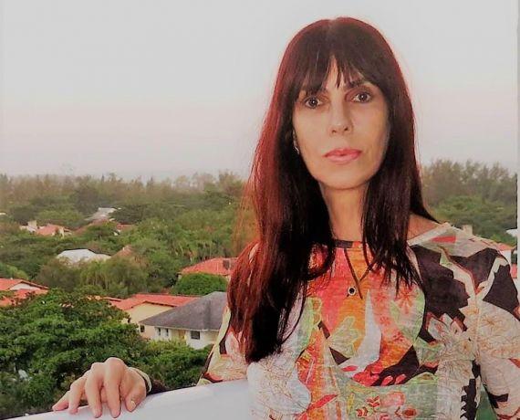 1 La poeta brasileña Denise Emmer