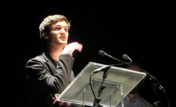 1 Leonam Cunha leyendo sus versos en el Teatro Liceo de Salamanca (foto de Jacqueline Alencar)