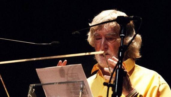 11 Alves de Faria leyendo su poesía en el Teatro Liceo de Salamanca (foto de José Amador Martín)