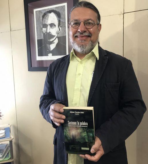 2 El antólogo y poeta Adriano Corrales Arias